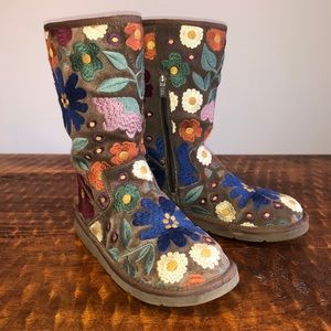 Embroidered UGGS🌺 limited exition🌸rare find!